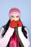 Mulher que bebe a bebida quente na estação do inverno Foto de Stock