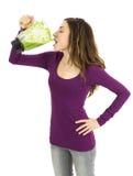 Mulher que bebe o batido verde saboroso fotos de stock