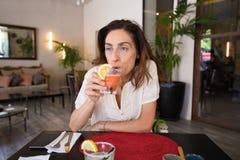 Mulher que bebe o margarita congelado da morango Imagens de Stock