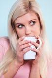 Mulher que bebe uma caneca de chá imagem de stock