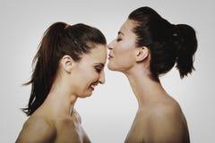 Mulher que beija o amigo na testa Imagens de Stock Royalty Free