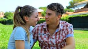 Mulher que beija o noivo novo feliz no parque vídeos de arquivo