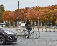 Mulher que biking na rua de Paris, França imagens de stock royalty free