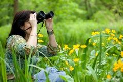 Mulher que birdwatching fotos de stock royalty free