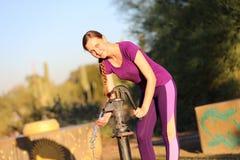 Mulher que bombeia um poço Foto de Stock Royalty Free