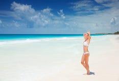 Mulher que bronzea-se na praia Imagem de Stock Royalty Free