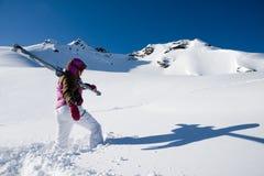 Mulher que caminha com o esqui nos apls Foto de Stock Royalty Free