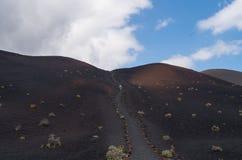 Mulher que caminha na paisagem vulcânica, La Palma, Ilhas Canárias, Espanha Imagens de Stock Royalty Free