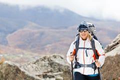 Mulher que caminha nas montanhas, Nepal Fotos de Stock Royalty Free