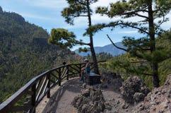 Mulher que caminha um descanso no La Palma, Ilhas Canárias, Espanha Fotos de Stock Royalty Free