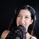 Mulher que canta com microfone Fotografia de Stock Royalty Free