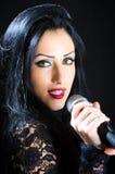Mulher que canta com microfone Fotos de Stock