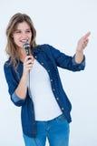 Mulher que canta com um microfone Fotos de Stock Royalty Free