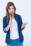 Mulher que canta com um microfone Foto de Stock