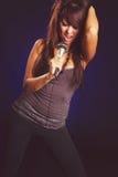 Mulher que canta no microfone fotografia de stock royalty free