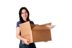 Mulher que carreg a caixa de armazenamento movente aberta Fotografia de Stock
