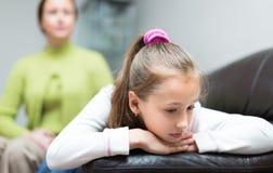 Mulher que censura a filha na casa Imagens de Stock Royalty Free