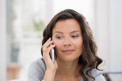 Mulher que chama com telefone celular interna Imagem de Stock Royalty Free