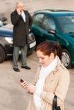 Mulher que chama o seguro após o ruído elétrico do acidente de transito Fotografia de Stock Royalty Free