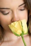 Mulher que cheira Rosa Imagens de Stock Royalty Free