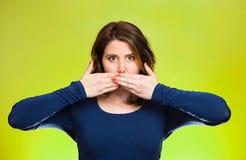 Mulher que cobre a boca fechado Não fale nenhum conceito mau Fotografia de Stock