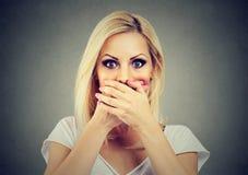 Mulher que cobre sua boca com as mãos assustado para falar para fora sobre o abuso fotos de stock royalty free