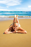 Mulher que coloca na praia Imagens de Stock