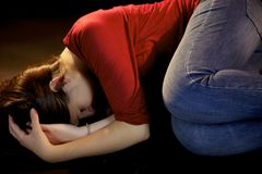 Mulher que coloca na terra após a violência doméstica Fotos de Stock