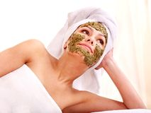 Mulher que começ a máscara facial nos termas. Fotos de Stock Royalty Free