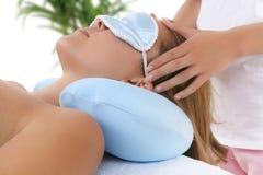 Mulher que começ a massagem Fotografia de Stock