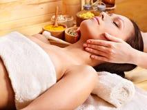 Mulher que começ a massagem facial. Imagens de Stock