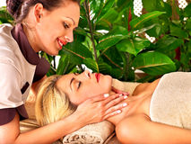 Mulher que começ a massagem facial Foto de Stock