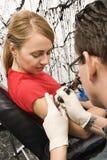 Mulher que começ o tatuagem. Fotos de Stock Royalty Free