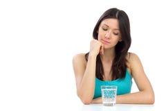 Mulher que começ pronta para beber o vidro da água Foto de Stock