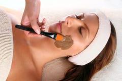 Mulher que começ um tratamento da máscara da beleza Imagem de Stock
