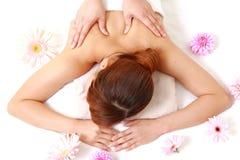 Mulher que começ uma massagem do ombro Fotografia de Stock Royalty Free