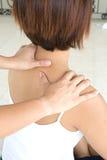 Mulher que começ uma massagem do ombro Foto de Stock Royalty Free
