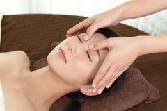 Mulher que começ uma massagem facial Imagens de Stock