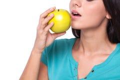Mulher que come a maçã Fotos de Stock