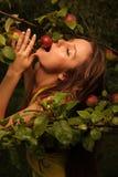 Mulher que come a maçã fotografia de stock royalty free