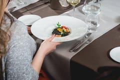 Mulher que come a massa salmon deliciosa em um restaurante parcela pequena Imagem de Stock