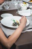Mulher que come a massa salmon deliciosa em um restaurante parcela pequena Imagem de Stock Royalty Free