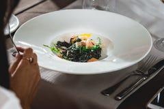 Mulher que come a massa salmon deliciosa em um restaurante parcela pequena Fotos de Stock Royalty Free
