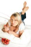 Mulher que come morangos fotografia de stock