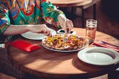 Mulher que come no restaurante imagem de stock