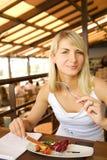 Mulher que come o alimento do vegetariano imagens de stock