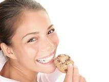 Mulher que come o bolinho Imagem de Stock