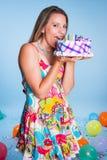 Mulher que come o bolo de aniversário Fotos de Stock