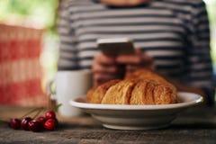 Mulher que come o café da manhã fora Fotos de Stock Royalty Free