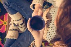 Mulher que come o café no inverno Foto de Stock